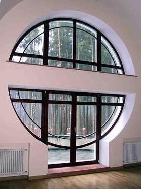 Круглое окно в загородном доме