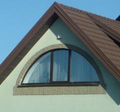 Окно арочное нестандартное в конструкции загородного дома