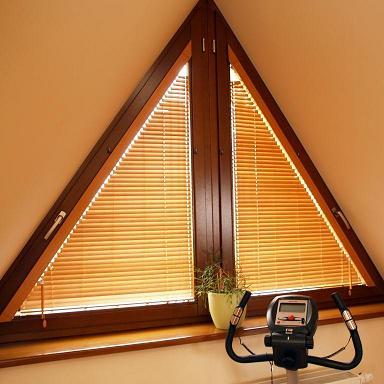 Треугольное окно для загородного дома